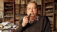 Der Historiker am Schreibtisch - an dem auch Bücher für seine Enkelkinder entstanden: Jacques Le Goff (1924 - 2014).