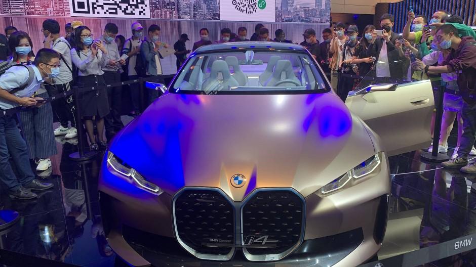 BMW zeigt in Peking auch sein luxuriöses elektrisches Konzeptauto i4.