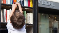 Kurze Arme, keine Bücher: ein kleiner Nutzer am Merianplatz in Frankfurt.