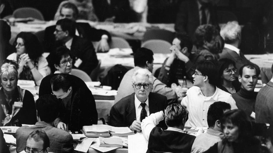 Hans-Jochen Vogel 1995 auf dem Bundesparteitag der SPD in Mannheim