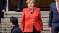 Angela Merkel verlässt Schloss Bellevue nach ihren Gespräch mit Bundespräsident Steinmeier.