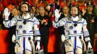 Abschiedszeremonie für Chinas Taikonauten Jin Haipeng und Chen Dong.