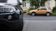 Im hessischen Bad Homburg parken zwei SUV.