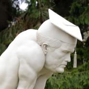 Affenartige Figuren mit Doktorhüten des Bildhauers Peter Lenk, seit dem vergangenen Wochenende in Emmingen-Liptingen (Kreis Tuttlingen) zu sehen. Die Köpfe erinnern an Karl- Theodor zu Guttenberg und Silvana Koch-Mehrin. Beiden wurde der akademische Grad aberkannt.