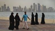 Gleichberechtigung zwischen den Geschlechtern gehöre einfach nicht zu ihrer Tradition und Kultur, findet etwa die Hälfte der Befragten: arabische Passanten in Doha, Qatar.