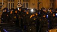 Vermummte greifen Polizeistation an