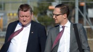 Nach der Pflegereform hat sich die Koalition auch eine Betreuungsreform vorgenommen. Schafft sie das? Gesundheitsminister Hermann Gröhe (CDU) und Bundesjustizminister Heiko Maas (SPD) auf dem Flughafen Tegel.