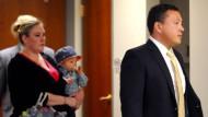 Vier Schüsse: Der Angeklagte Markus Kaarma erscheint am Montag vor Gericht in Missoula, hinter ihm seine Frau Janelle Pflager mit dem gemeinsamen Kind
