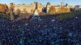 Zehntausende Menschen protestieren in Frankreich