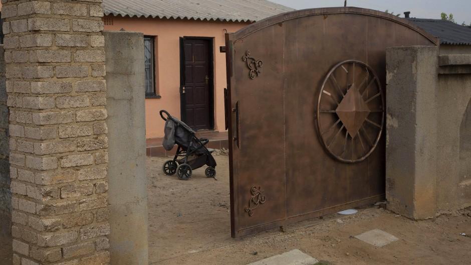 Ein leerer Kinderwagen vor dem Haus von Gosiame Thamara Sithole: Auch wo sich die vermeintliche Mutter aufhält, bleibt unklar.