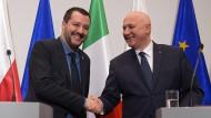Matteo Salvini (l.), Innenminister von Italien, schüttelt die Hand von Joachim Brudzinski, Innenminister von Polen