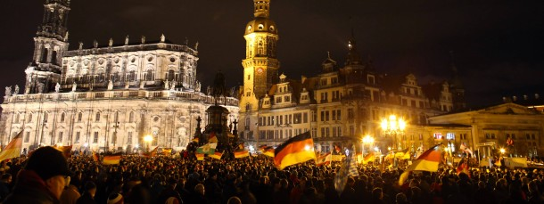 Pegida-Demonstranten mit Deutschlandfahnen auf dem Platz vor der Dresdner Semperoper