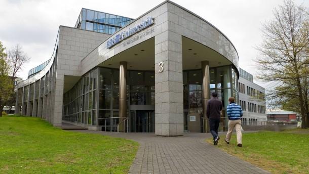 Rolf Cremer - Der Präsident der European Business School (EBS) stellt sich in Wiesbaden den Fragen von Melanie Amann