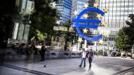Glänzende Zeiten für den Euro? Die Skulptur am Willy-Brandt-Platz in Frankfurt.