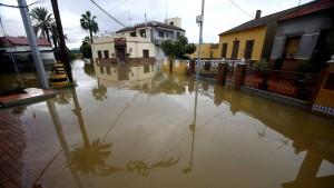 Heftige Regenfälle spülen Dutzende Autos weg