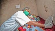 Ebola war für die Krankenschwestern  in der Demokratischen Republik Kongo, wie hier Pauline Katsongo, ein strenger  Lehrmeister. Auf Covid-19 konnten sie schnell reagieren, aber es fehlt ihnen unter anderem an Schutzkleidung.
