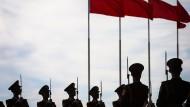 Soldaten stehen bereit für den Empfang der Staatsgäste in Peking.