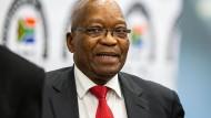 Jacob Zuma, früherer Staatspräsident Südafrikas, verlässt den Untersuchungsausschuss in Johannesburg.