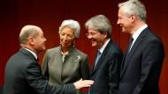 Der Bundesfinanzminister Olaf Scholz (links, SPD) mit EZB-Chefin Christine Lagarde, EU-Finanzkommissar Paolo Gentiloni (m) und dem französischen Finanzminister Bruno Le Maire.