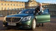 Winfried Kretschmann und sein derzeitiger Dienstwagen: Ein Mercedes-Benz S-Klasse 300 BlueTec Hybrid.