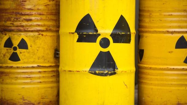 Tonnen mit  Radioaktiv-Zeichen