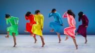 """Eine koreanische Tanzgruppe in dem Stück """"Let me change your name"""""""
