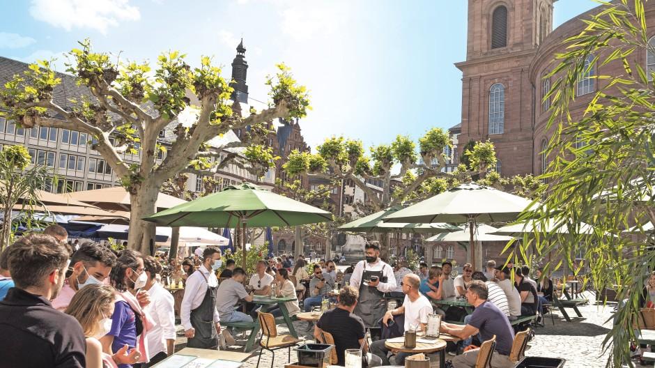 Reges Treiben von Besuchern in der Frankfurter Innenstadt. Bezahlen lässt sich der Apfelwein oder das Eis mit vielen Möglichkeiten.