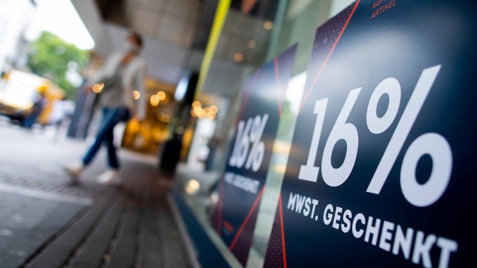 In Köln wirbt ein Geschäft im Juli 2020 mit der Mehrwertsteuersenkung.