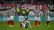 Am Boden: Die Eintracht kämpft gegen Freiburg vergebens und muss sich geschlagen geben.