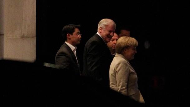 Tappen durch die Dunkelheit: Philipp Rösler, Horst Seehofer und Angela Merkel verlassen das Kanzlera