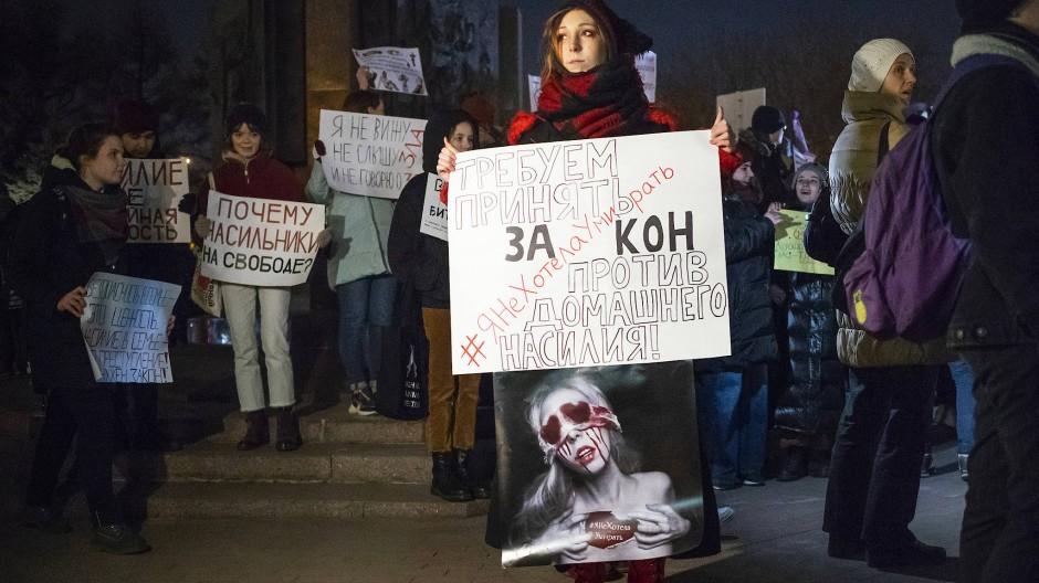 Demonstranten in Moskau fordern im November 2019 ein Gesetz gegen häusliche Gewalt.
