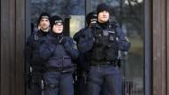 Polizisten vor der Festhalle in Gaggenau
