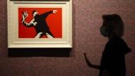"""Das Werk von Banksy, """"Love is in the Air"""", in einer Ausstellung in Rom am 7. September 2020"""