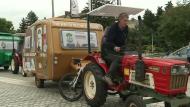 Obdachlose fahren mit Treckern von Polen nach Frankreich