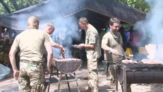 Deutsche Soldaten grillen Würstchen