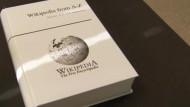 Nachschlagewerk der meistgesuchten Begriff: Wikipedia in gedruckter Form.
