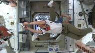 Daumendrücken im Weltraum