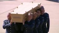 Erste Opfer von MH17 angekommen