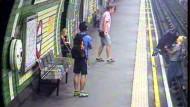 Kinderwagen rollt auf U-Bahngleise