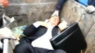 Abgeordneter wird in Mülltonne geworfen