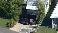 Auto versinkt in einem Straßenloch in Florida