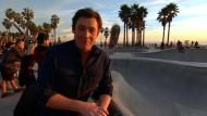 Skateboard fliegt Reporter an den Kopf
