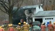 Kleinflugzeug stürzt in Wohnhaus