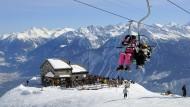 Skifahrer im Sessellift in dem Schweizer Skiort Crans-Montana