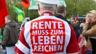 Rentner auf einer Demonstration am 1. Mai 2013 in Berlin (Archivfoto)