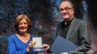 Malu Dreyer verleiht Robert Menasse die Carl-Zuckmayer-Medaille auf der Bühne des Mainzer Staatstheaters.