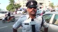Tanzender Polizist bändigt Straßenverkehr
