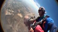 Frau feiert 100. Geburtstag mit Fallschirmsprung