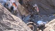 Bergungsteams nutzen neue Straße zur Absturzstelle