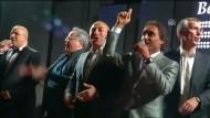 Außenminister singen und schunkeln auf der Bühne